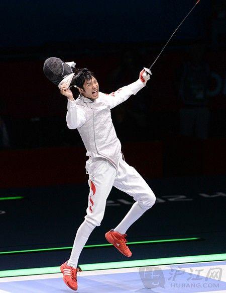 中国击剑队的雷声在男子花剑个人赛中获得冠军