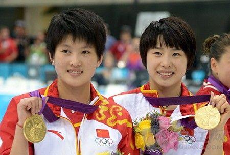中国跳水组合陈若琳和汪皓在女子跳水双人十米台比赛中获得金牌
