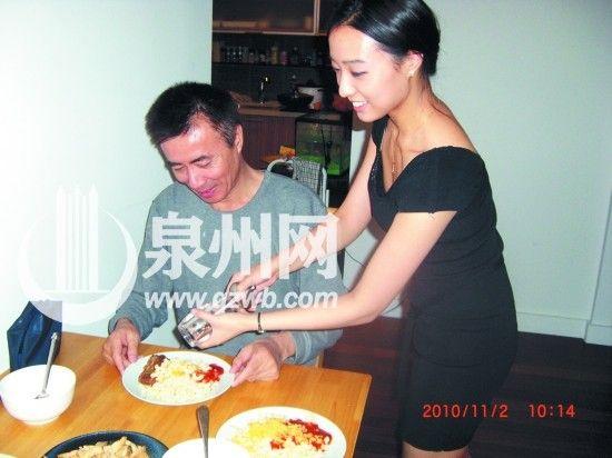 佘诗颖下厨,为爸爸烹调美味。