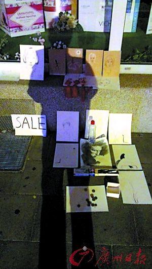 张清在国外街头卖画赚盘缠。