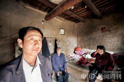 10 月13 日,河北省保定市阜平县城南庄,苗卫芳(左一)与父母在柳树沟村的老家。将近五个月之前,苗风山(苗卫芳的父亲)曾在此服毒自杀。摄影/ 陈建宇