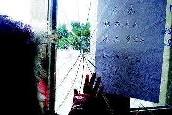 12月22日的早上,学生们为了争抢座位把门厅的玻璃挤破了。齐鲁晚报 记者 任小杰