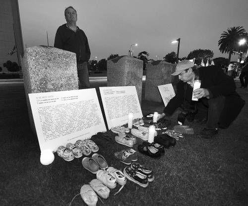 当地时间2012年12月15日,美国康州,民众持续自发悼念康涅狄格州桑迪・胡克小学枪击案的遇难者。CFP供图