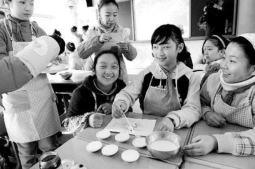 郑州市淮河东路小学的孩子学烤面包,准备寒假在家露一手