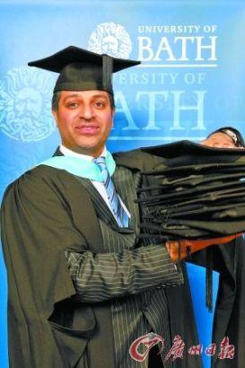 2012年12月,侯赛因接受巴斯大学的学位证书,这是他获得的第10个硕士学位证书