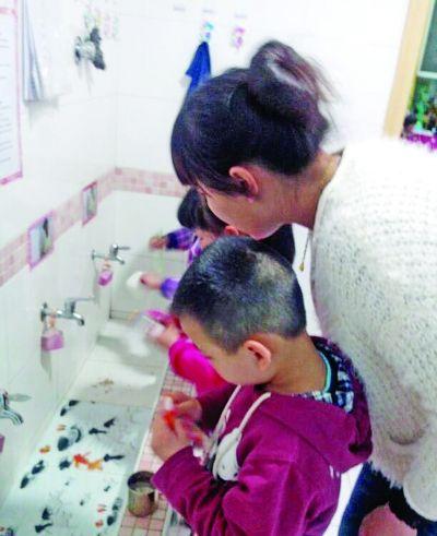 刷牙,在老师指导下,孩子们马马虎虎做好了。