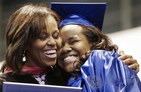 美国第一夫人鼓励毕业生追逐梦想