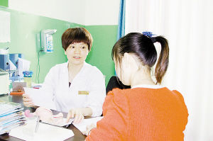 刘静给患者讲解病情