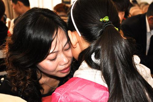 """2009年10月30日,成都成华实验小学的""""小升初释压""""心理课上,母女相拥而泣。 摄影/龙哥 供图/IC"""