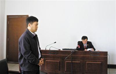 昨日,张利斌到庭受审。去年12月23日,他恶意访问小客车摇号网站,非法获取手机号92万余个。新京报记者 周岗峰 摄