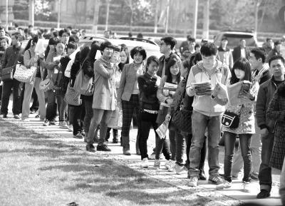 人才招聘会上,很多大学生都希望通过成功求职进而在京落户。(资料图片)京华时报记者张斌摄