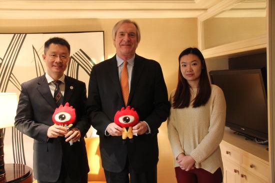 访谈嘉宾与主持人(从左至右):美国弗吉尼中国校友会北京区的会长彭志远先生,弗吉尼亚麦金泰尔商学院的院长卡尔先生,新浪主持人王颖