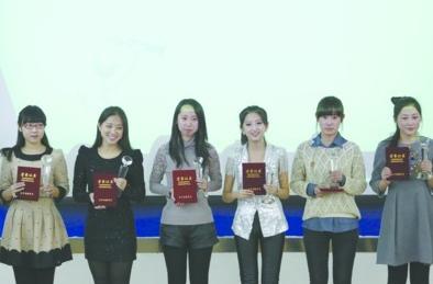 """昨日下午,沈阳工业大学""""最美研究生""""颁奖。高冲(左三)等6人领奖。"""
