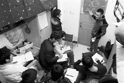 昨日,徐州,中国矿业大学南湖校区一间男生宿舍,薛道路正在为同学们补习专业课。本版摄影/新京报记者王叔坤