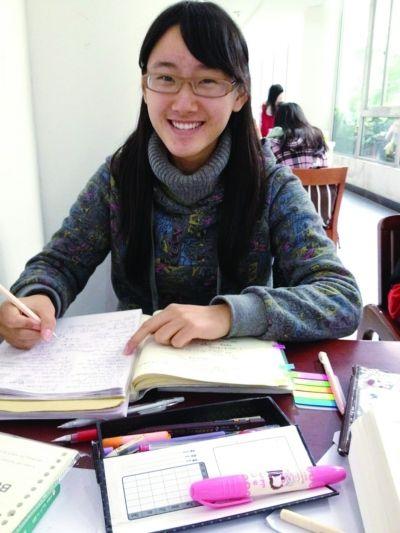 冷佳璇在图书馆。