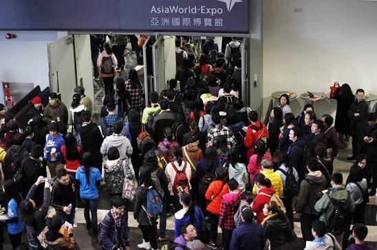 2014年1月25日,香港,SAT亚洲国际博览馆考场,考生涌入考场。