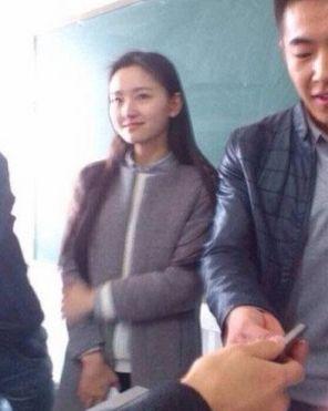 川师美女老师上课被围观合影