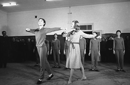 Betty Ford, wife of former US President Gerald R. Ford, is instructed in a Chinese folk dance at a Peking dancing school on Wednesday, Dec 3, 1975. 1975年12月3日,时任美国总统吉拉尔德・卡特的妻子贝蒂在北京一所舞蹈学校学习民间舞蹈。