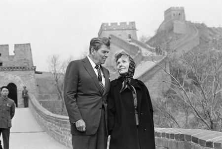 Former US President Ronald Reagan and Nancy Reagan visit the Great Wall of China, Saturday, April 28, 1984, Beijing. 1984年4月28日,时任美国总统罗纳德・里根和妻子南希造访长城。