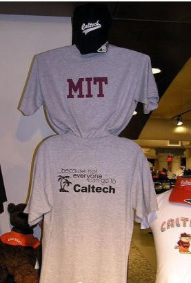 "Caltech的学生曾佯装MIT的学生在MIT举办的校园参观日活动中向新生们发放免费的T恤。这些T恤乍一看印着大大的MIT字样,可打开T恤就会发现T恤的背面印有""because not everybody can go to Caltech(因为不是所有人都能进Caltech)""的嘲讽话语。"