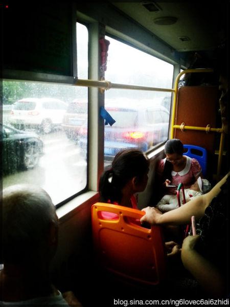 车窗外,雨越下越大,我有点担心这位妈妈抱着小孩如何下车撑伞的问题,她脚边还放有一个装着各种尿不湿等婴儿用品的大包包。