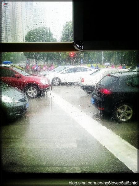 马路对面,那些骑着电驴的人们畅通无阻的穿梭着,在交通拥堵压力巨大的城市里,电驴们尽情撒欢,唯一美中不足的是要防着日晒雨淋。
