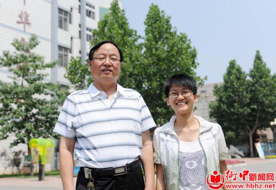 张文茂校长与河北省高考理科状元李榕榕合影
