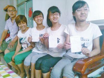 三姐妹同时考上大学,一家人很开心
