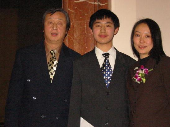 汪老师和成人仪式上的学生