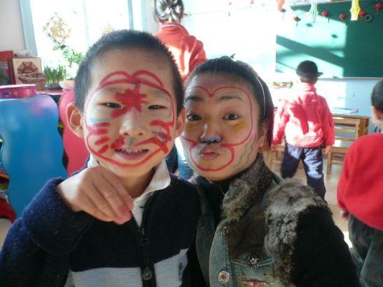 孩子们看了京剧猴戏,自己画猴脸。