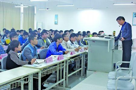 该校道路桥梁工程技术的2013级1班和2班同学正在上课