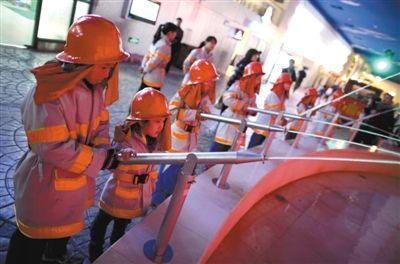 小学生们在体验如何做一名消防员。新京报记者 韩萌 摄