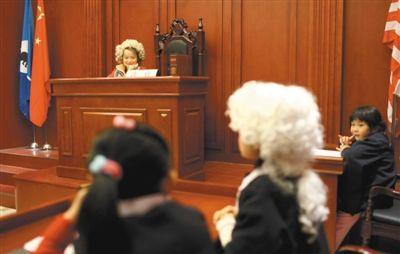小朋友在模拟法庭体验做律师、被告人等。在不少职业体验机构里,孩子们也可以体验各种职业。新京报记者 韩萌 摄