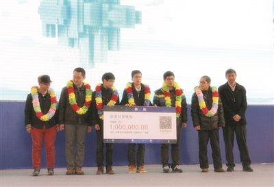 6名大学生拿到100万支票。图片来自网络