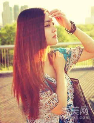 周青青的生活照中更能展现出一个时尚文艺范女孩气质,棕色的长直发,阳光下更显柔美治愈。