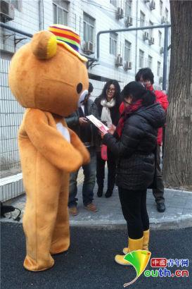 男生掏出纪念信件,交给女孩。中国青年网见习记者 苏贺 摄