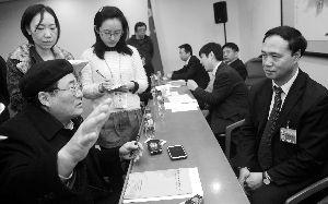 昨晚,北京市教委主任线联平就高考政策、学区房的热点问题接受代表、委员的现场询问。   首席摄影记者   蔡代征/摄