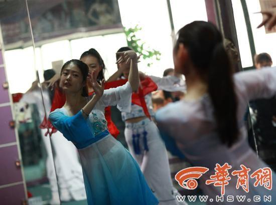 考生们进行才艺(舞蹈)训练
