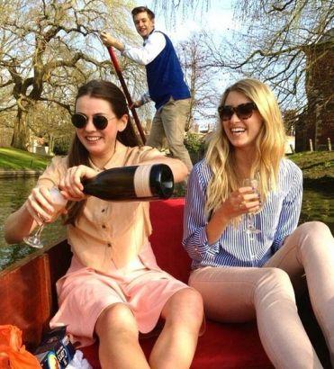 在船上喝着香槟,看着周围的风景。