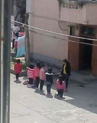 小学生被罚集体下跪