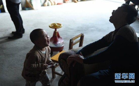 在广西大化瑶族自治县大化镇景山村,韦康仁(右)和弟弟韦康虎在玩打针游戏(2月22日摄)。健康快乐地去上学。新华社记者 黄孝邦 摄