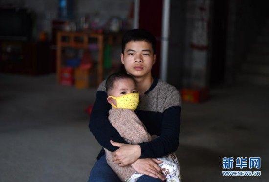 在广西大化瑶族自治县大化镇景山村,韦康仁(右)在弟弟韦康虎(2月22日摄)。新华社记者 黄孝邦 摄