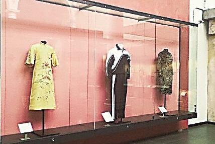 """伦敦V&A博物馆展出深圳中学校服,并注解""""校服已成为中国流行文化的一部分"""""""