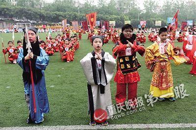同学们扮演三国时期刘关张