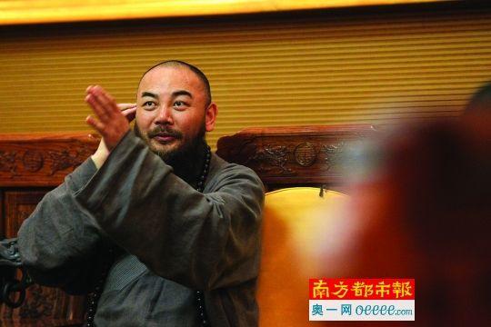 昨日下午,东华禅寺万行法师在会客室接受记者采访。