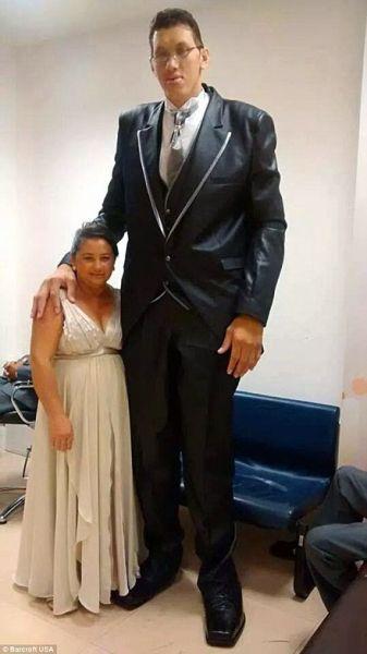 看激萌身高差:2.3米巨人娶1.5米娇妻热词