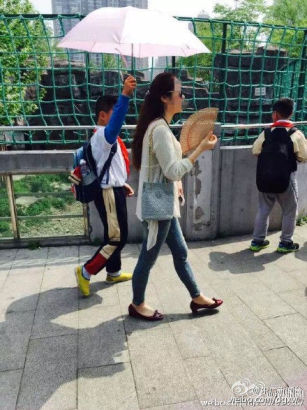 小学生为女教师打伞
