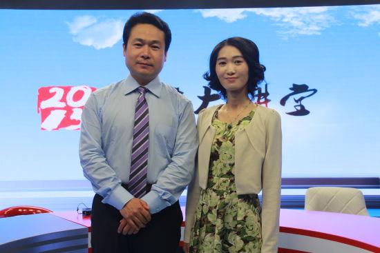 上海交通大学招生办公室主任郑益慧老师(左)做客新浪