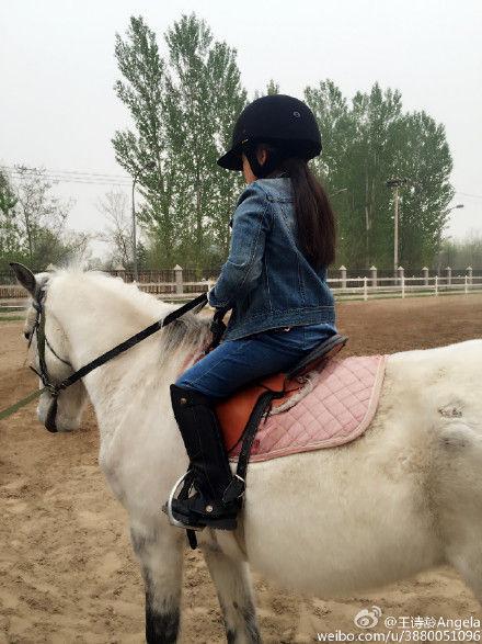 Angela在国际学校骑马照