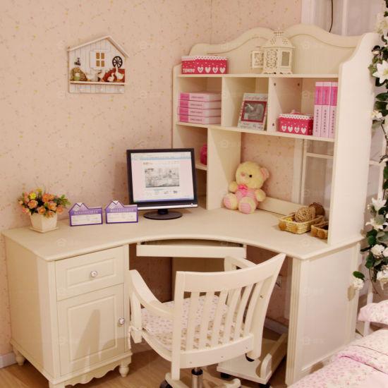 l形的电脑桌(l-shaped desk)可以放在房间的角落里.图片